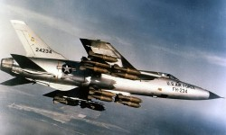 1024px-Republic_F-105D-30-RE_(SN_62-4234)_in_flight_with_full_bomb_load_060901-F-1234S-013_调整大小