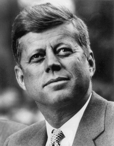 John_F._Kennedy,_White_House_photo_portrait,_looking_up_调整大小
