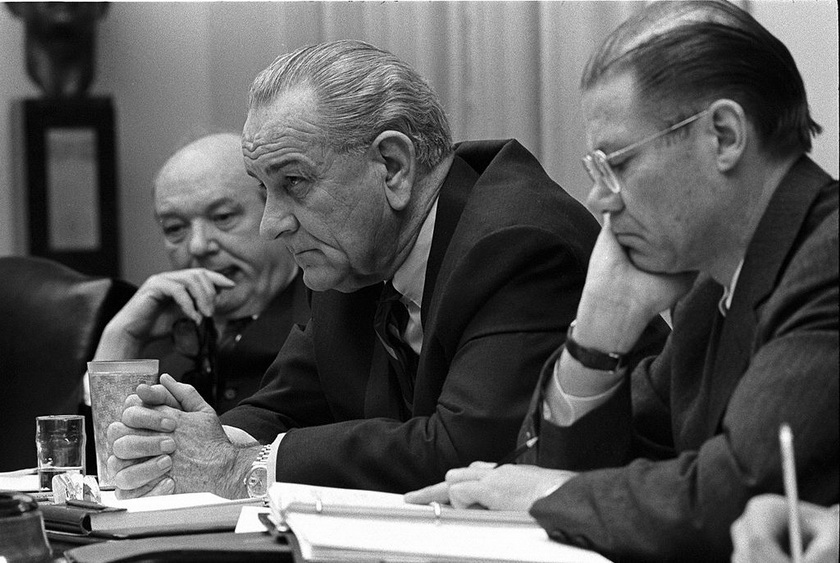 1024px-Dean_Rusk,_Lyndon_B._Johnson_and_Robert_McNamara_in_Cabinet_Room_meeting_February_1968_调整大小